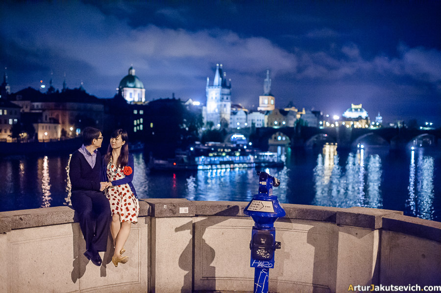 Engagement photo shooting at night in Prague