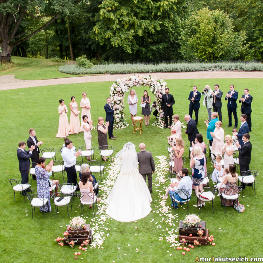 Outdoor ceremony in Chateau Mcely