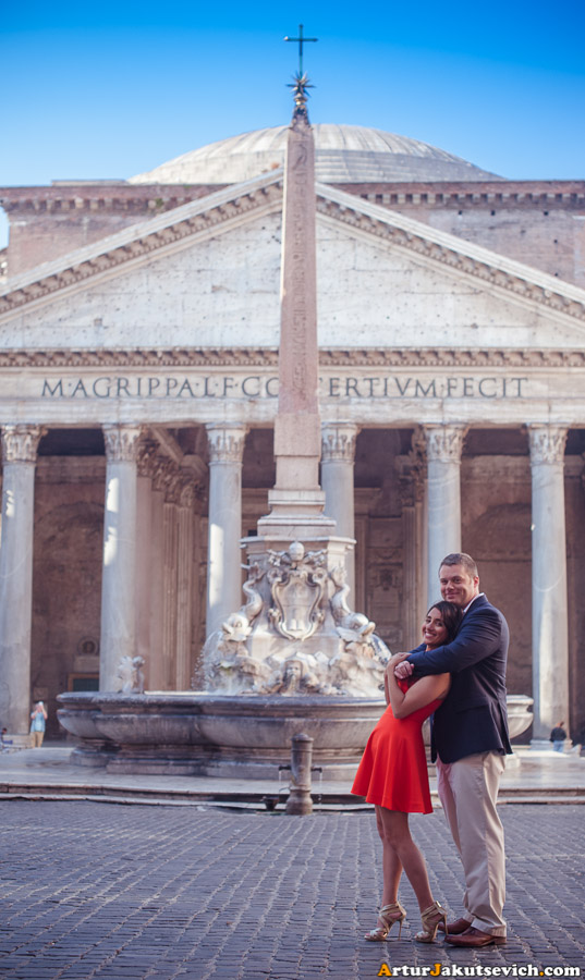 Romantic photo near the Pantheon in Rome